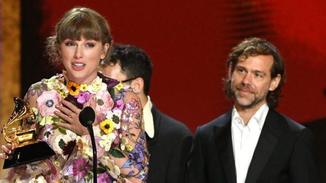Taylor Swift se tornou a primeira mulher a vencer três vezes na categoria álbum do ano