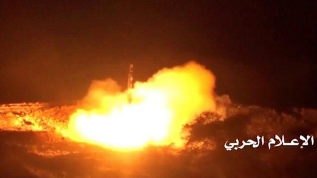 У суботу хуситські повстанці запустили ракету із Ємена, цілячись у Міжнародний аеропорт неподалік Ер-Ріяда. Ракету перехопили у повітрі саудівські війська - ніхто не постраждав