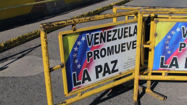 Vallas en la frontera entre Colombia y Venezuela.