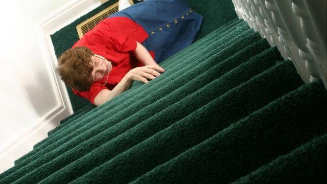 Mujer que se cayó por las escaleras