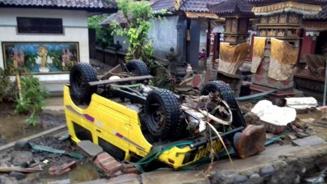 Um carro virado após tsunami na Indonésia
