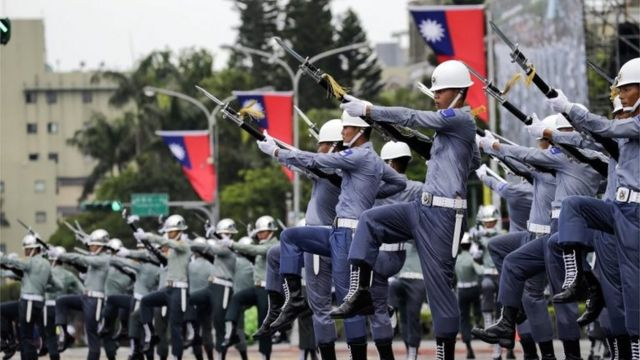 ทหารกองเกียรติยศของไต้หวันระหว่างการฝึกซ้อมพิธีสาบานตนเข้ารับตำแหน่งประธานาธิบดีไต้หวัน (20 พ.ค. 2016)