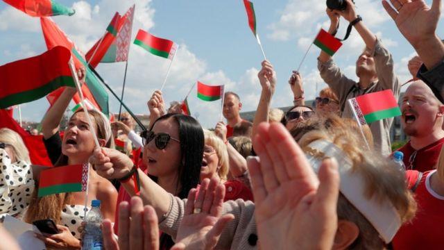 Partidarios del presidente Lukashenko manifestación en el centro de Minsk.