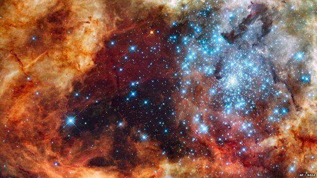 R136 katika 30 Doradus Nebula, inavyoonekana kwa kutumia darubini ya Hubble ya NASA