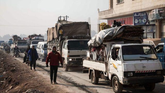 مدنيون يفرون من إدلب