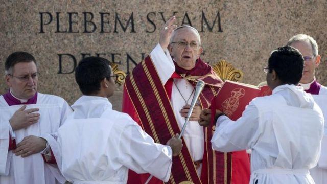 Papa Francisco celebra missa de domingo de Páscoa