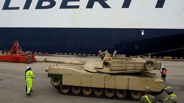 """танк """"Абрамс"""" в рижском порту в марте 2015 года"""