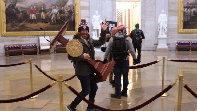 Інші почали рухати меблі - цей учасник демонстрації знайшов постамент для виступів
