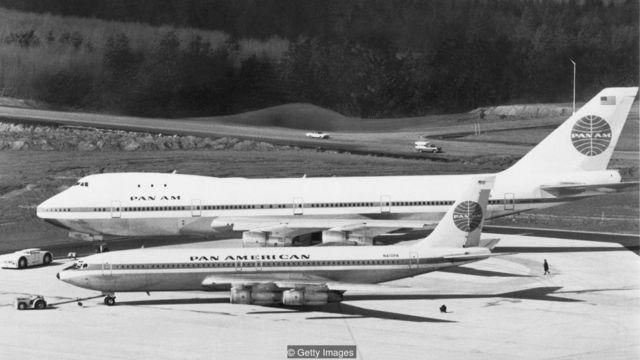 เครื่องบินสองลำ
