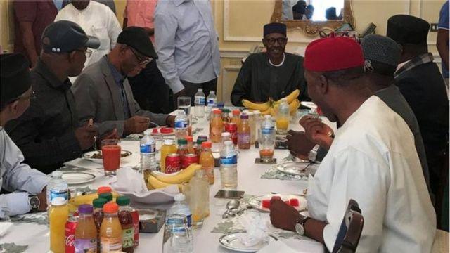 Perezida wa Nigeria, Muhammadu Buhari (hagati), afata ifunguro rya saa sita mu nzu ikorerwamo n'ambasade ya Nigeria i London