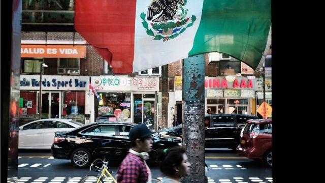 トランプ氏は壁の建設費をメキシコが負担しないならば、メキシコ人の送金を止めると語っている(写真はニューヨーク市のクイーンズ地区)