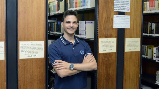 Wemerson Nogueira na biblioteca