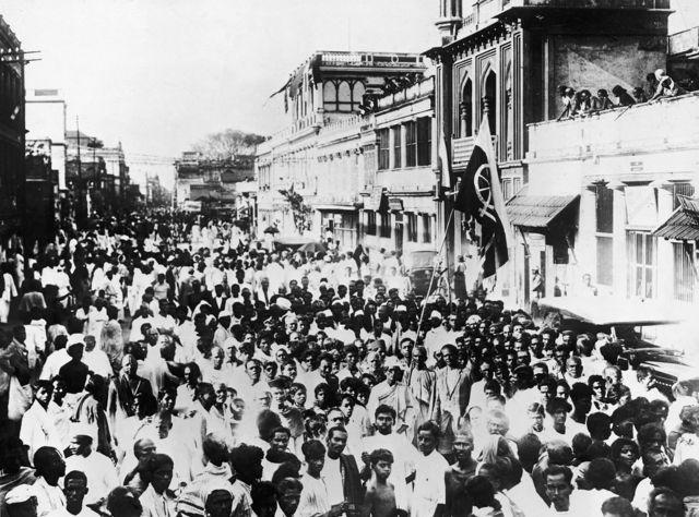 பிரிட்டனிடமிருந்து சுதந்திரம் கோரி, 1930ஆம் ஆண்டு சென்னை நகர வீதிகளில் காந்தியின் ஆதரவாளர்கள் பேரணி நடத்தியபோது எடுத்த படம்.