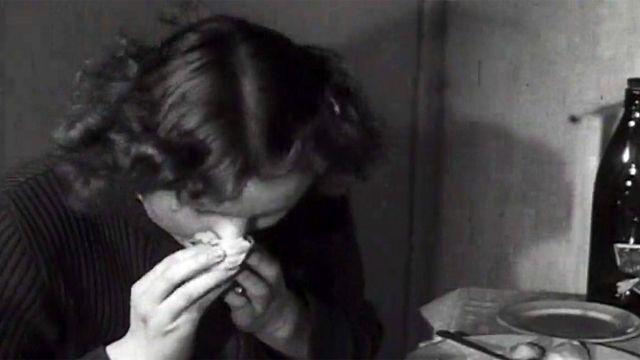 voluntaria estornudando