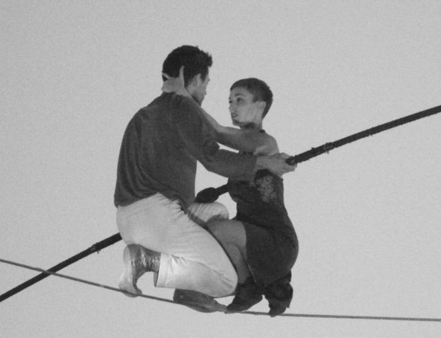 Una pareja de artistas de la cuerda floja