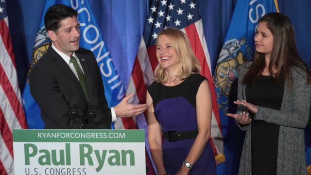 ライアン議長は2016年、圧勝で再選された。写真は議長とジャナ夫人(写真中央)、娘のリーザさん