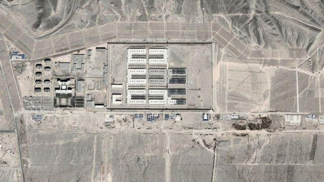 """Imagem de satélite mostram rápido crescimento de campos de """"reeducação"""" para muçulmanos da etnia uigur"""