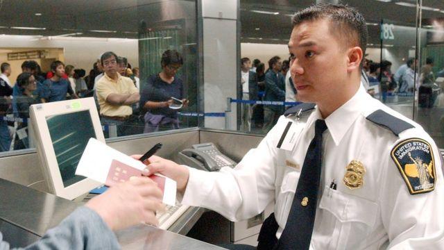 بازرس مهاجرت در فرودگاه سان فرانسیسکو