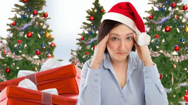 Женщина на фоне елок с головной болью