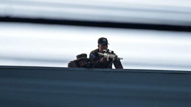 Francotiradores en los alrededores del Parlamento de El Salvador.