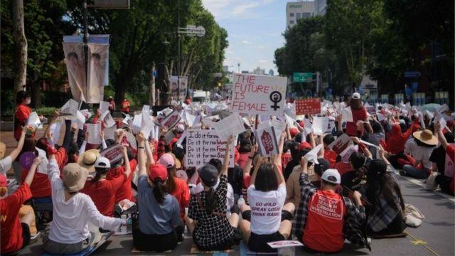 Mulheres coreanas protestando contra vídeos gravados com câmeras escondidas
