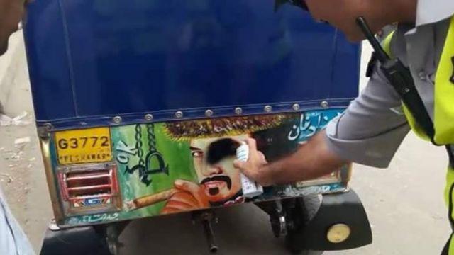پوسٹروں کے خلاف پولیس مہم