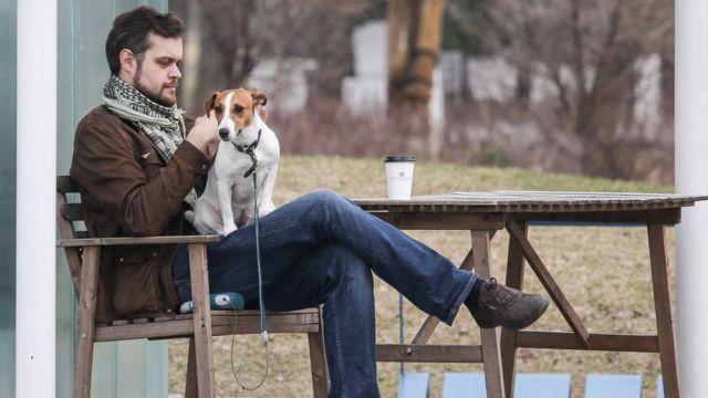Мужчина с собакой в парке