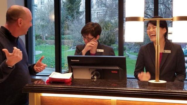 ニック・バーチルさんは2001年に起きたカモメ騒動の話でホテルの従業員を喜ばせた