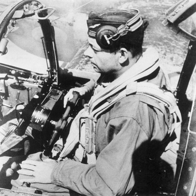 Antoine de Saint-Exupéry pilotea un avión en 1944.