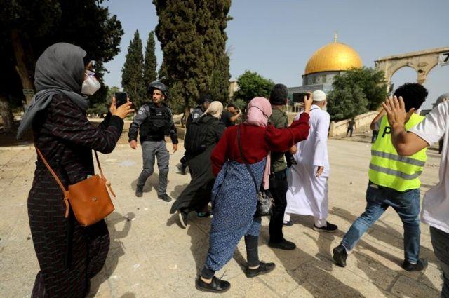 فلسطينيون وجندي إسرائيل في باحة المسجد الأقصى.