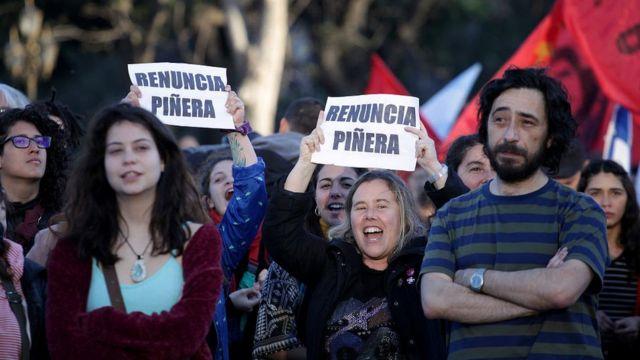 Manifestantes frente a la embajada de Chile en Buenos Aires, Argentina