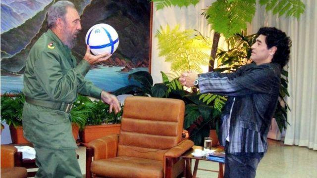 كاسترو مع نجم الكرة دييغو مارادونا عام 2005
