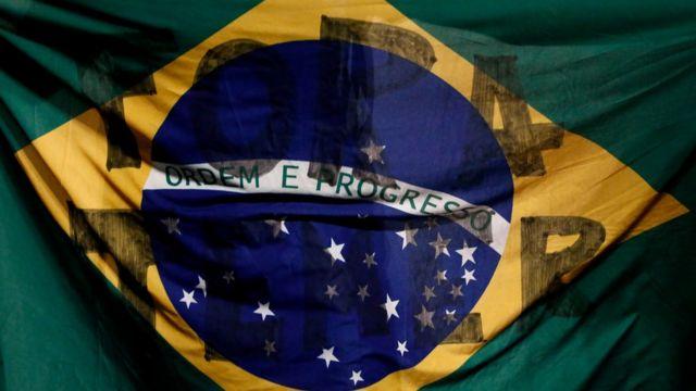 "Bandera de Brasil con el texto: ""Fora Temer"" (afuera Temer)."