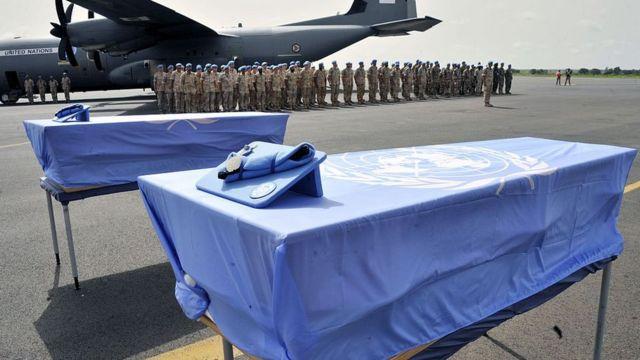 Ataúdes con los cuerpos de dos cascos azules fallecidos en Mali.