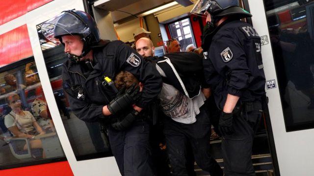 برخورد پلیس با معترضان