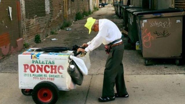 サンチェスさんが押す台車にはお客の注意をひくためのべルが付けられている