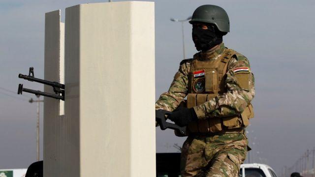 جندي عراقي يجلس في آلية عسكرية
