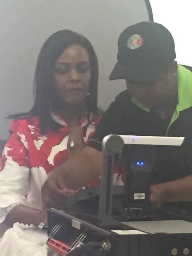 Grace Mugabe akijiandikisha kama mpiga kura