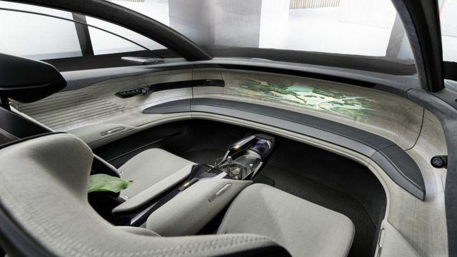 اطلاعات با پروژکتور روی صفحهای چوبی در جلوی ماشین نمایش داده میشود