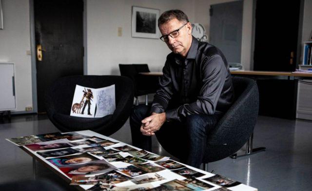 아들의 사진을 보고 있는 로버트씨