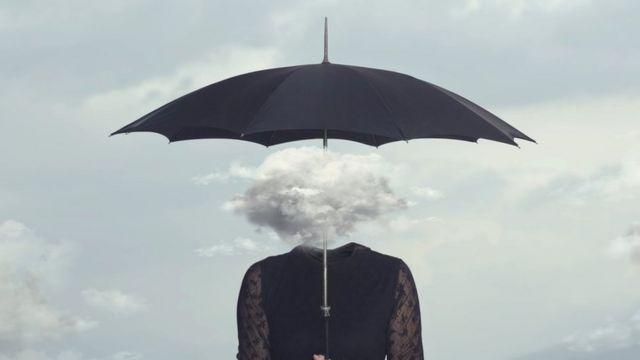 Desenho de mulher com uma nuvem na cabeça e guarda-chuva