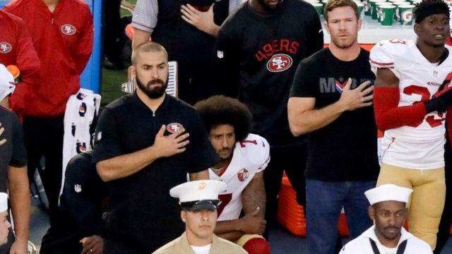 Le le joueur de football américain Colin Kaepernick dit protester contre l' « oppression de la communauté noire américaine »