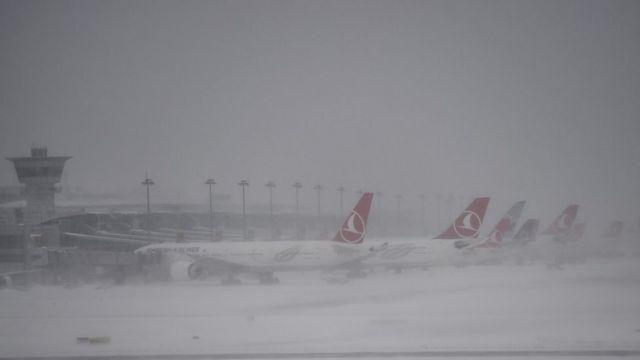 Atatürk Beynəlxalq Aeroportunda bir çox təyyarə uçuşu dayandırılıb və ya təxirə salınmışdı.