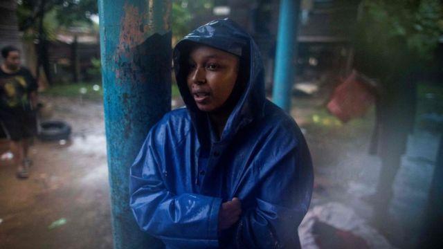 Una mujer en un refugio esperando el paso del huracán Eta, en Bilwi, Puerto Cabezas, Nicaragua.
