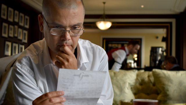 Мартин Хопли любит проводить время в лондонском баре, где он часто пишет ответы на наиболее трогательные письма