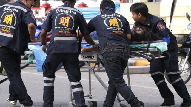 Врачи скорой помощи оказывают помощь женщине, пострадавшей во время взрыва в Хаухине, Таиланд
