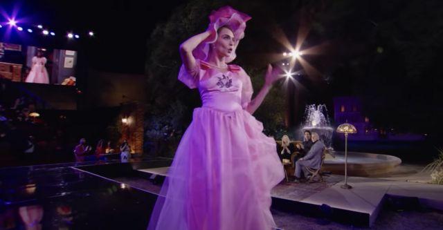 Cara Delevigne llevando el vestido de dama de honor de Rachel.