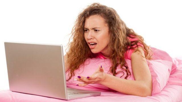 Una joven mirar horrorizada su laptop
