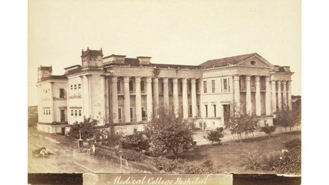 Vista general del Colegio Médico de Calcuta en 1878. Fuente: British Library. Imagen de dominio público.
