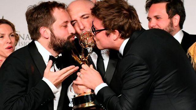 Integrantes del grupo besando el premio.